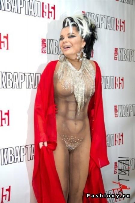 Фото королевой в голом костюме